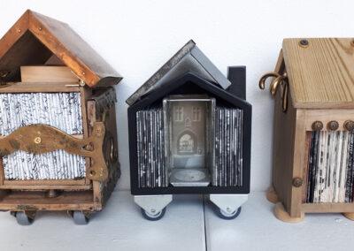 Hanneke Barendregt - Boekenhuisjes - 2019 -hout, metaal en grafiek - ongeveer 17 cm hoog