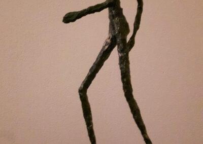 Jose Samson - De loper - 2018 - armatuur met papier mache en verf, bronspoeder en exposyhars - 42 x 10 x 19 cm